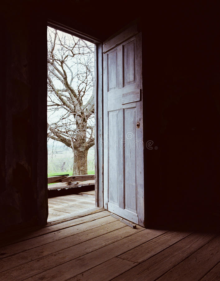 Abra a Porta-Escuridão para iluminar-se imagem de stock