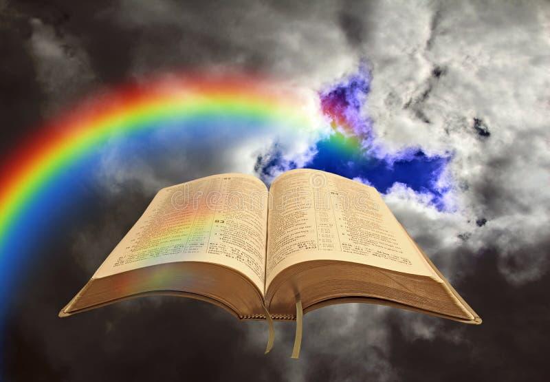 Abra a sagrada bíblia de deus arco-íris nuvens céu tempestade céu tempestade céu divino céu claro céu Jesus orando orador orador  fotos de stock