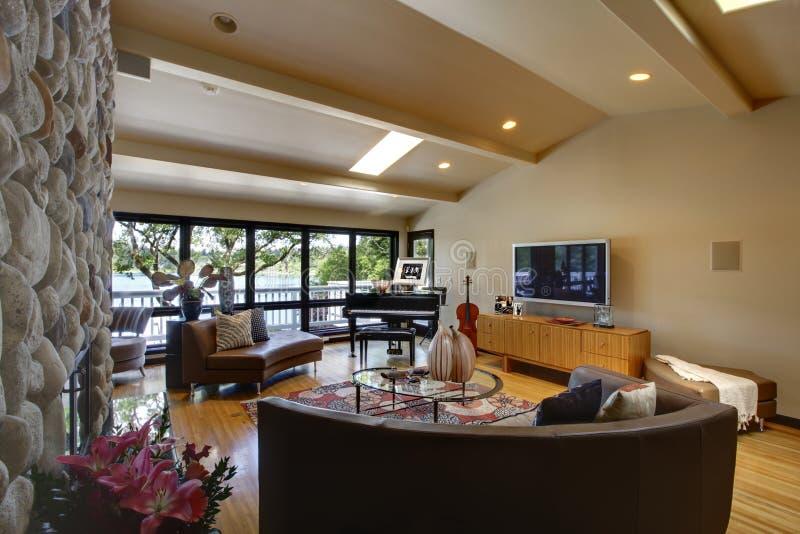 Abra a sala de visitas interior home luxuosa moderna e a chaminé de pedra. fotos de stock royalty free