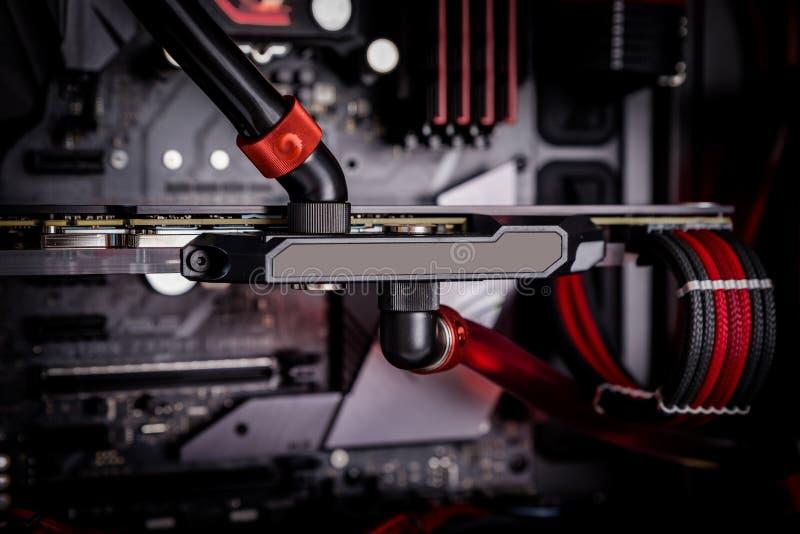 Abra seu computador com um sistema de refrigeração da água, um processador, uma placa gráfica, um fã do cartão-matriz imagens de stock