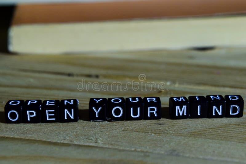 Abra sua mente em blocos de madeira Conceito da motivação e da inspiração fotografia de stock