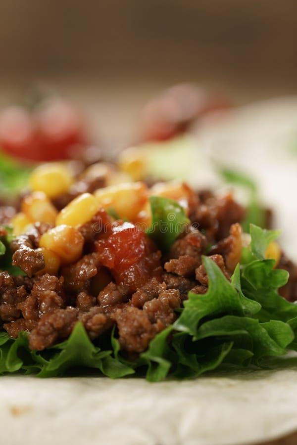 Abra a tortilha com carne, frillice e milho fotos de stock