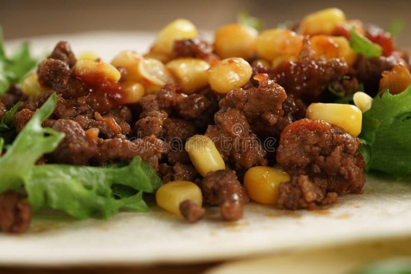 Abra a tortilha com carne, frillice e milho foto de stock royalty free