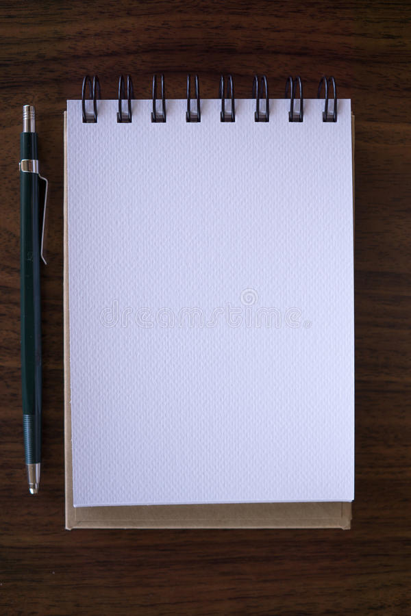Abra um caderno branco vazio com lápis imagens de stock