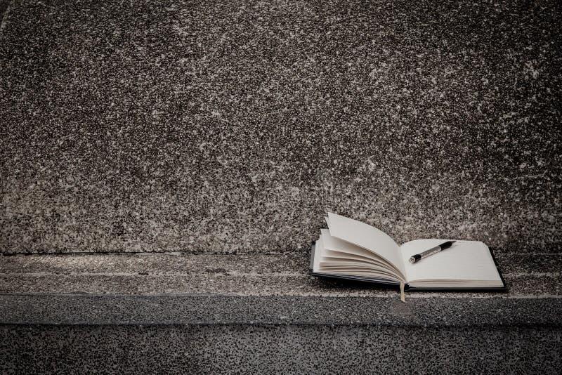 Abra un cuaderno blanco en blanco, pluma fotos de archivo libres de regalías