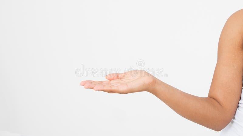 Abra una mano del ` s de la mujer negra, palma para arriba aislada en el fondo blanco Front View Mofa para arriba Copie el espaci fotos de archivo