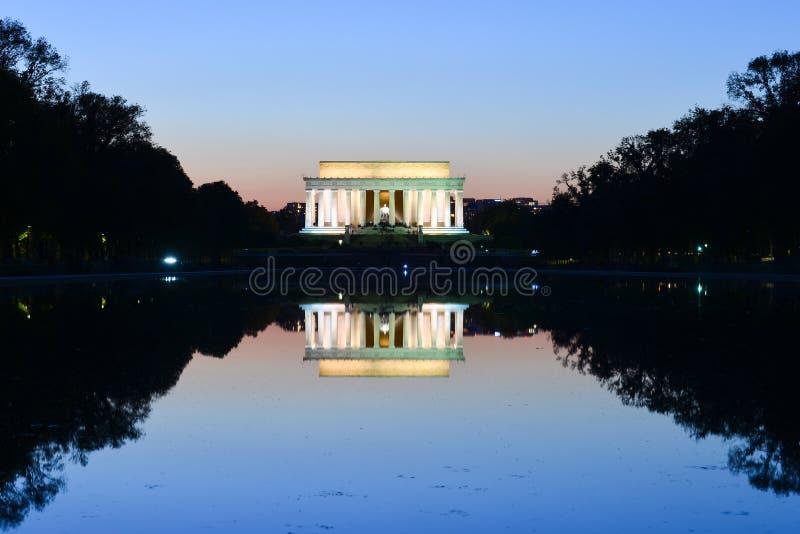 Abraham Lincoln Memorial en en bezinning over de pool bij nacht - Washington DC, de V.S. stock fotografie