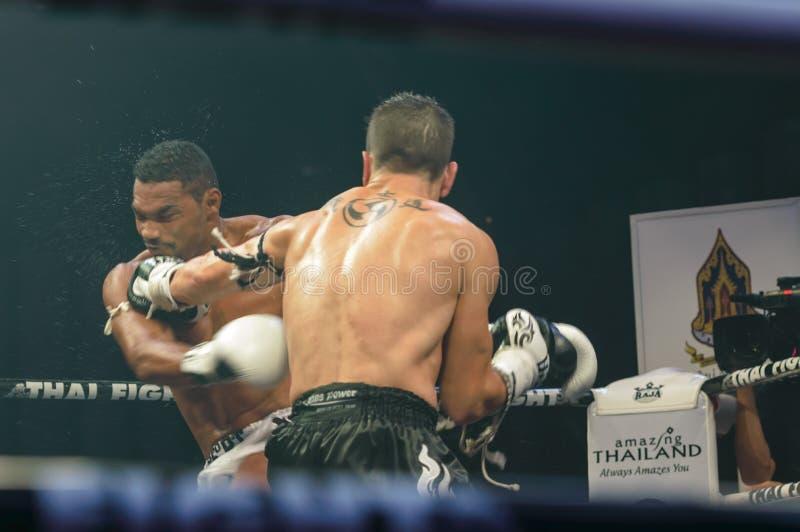 Abraham Roqueni Hiszpania i Expedito Valin Francja w Tajlandzkiej walce 2013. obraz royalty free