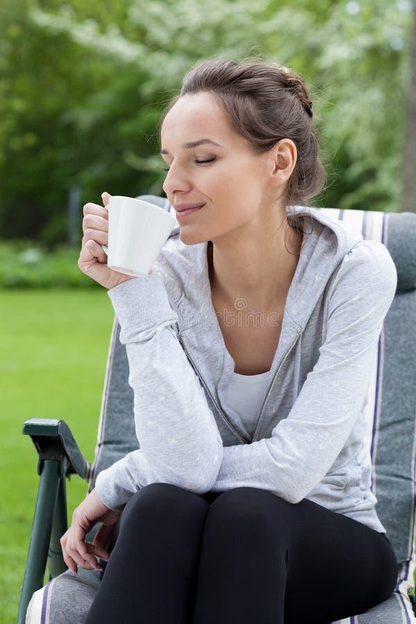 Abrandamento com café em um jardim fotografia de stock