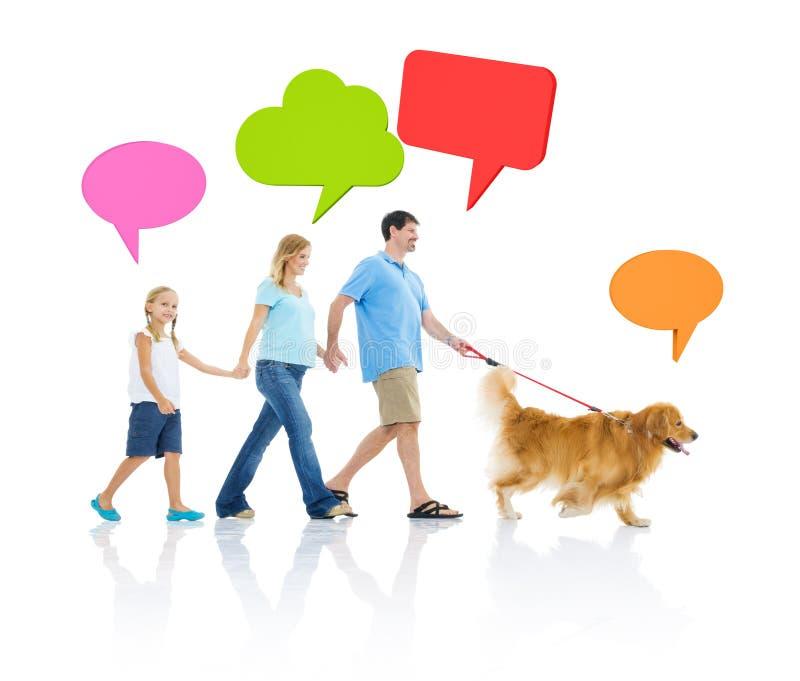 Abrandamento da família com bolhas do cão e do discurso imagens de stock
