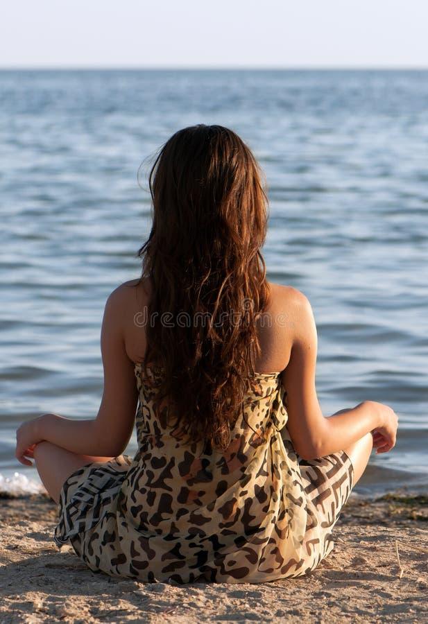 Abrandamento da menina na praia imagens de stock royalty free