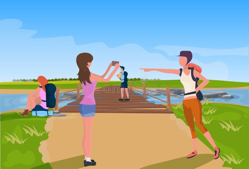 Abrandamento do turista que fotografa a ponte de madeira através do plano do conceito da expedição do fundo da paisagem da montan ilustração do vetor