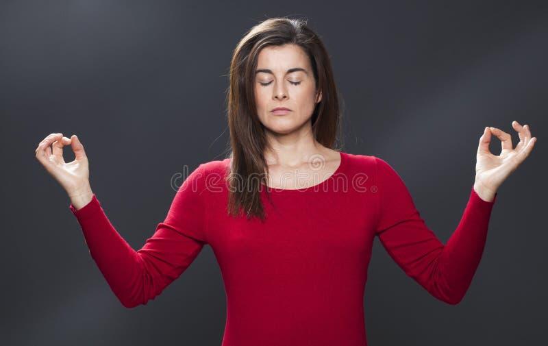 Abrandamento do zen para meditar a mulher 30s bonita fotografia de stock