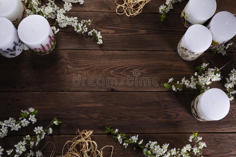 Abrandamento e conceito floral dos termas com velas no fundo de madeira foto de stock royalty free