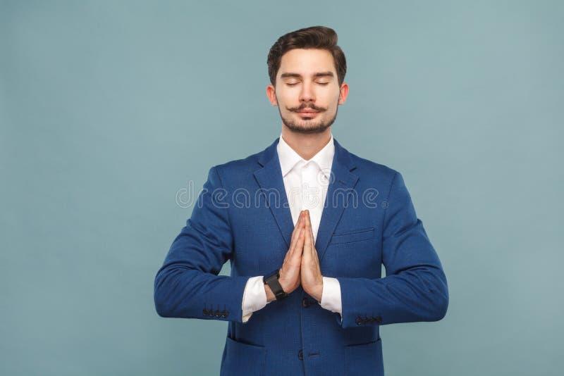 Abrandamento e harmonia Homem que medita após o trabalho imagem de stock