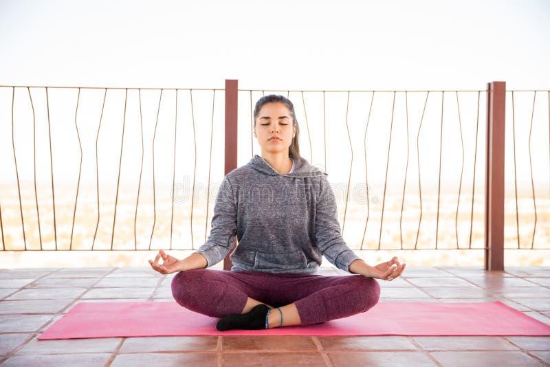 Abrandamento e meditação no estúdio da ioga foto de stock royalty free