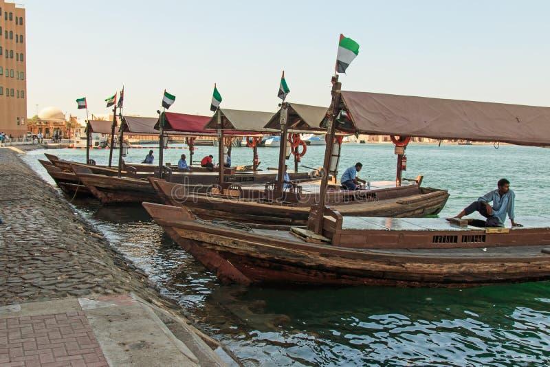 Abras lub taxi przygotowywający nieść pasażerów przez zatoczkę w nowożytnym dniu Dubaj, obraz stock