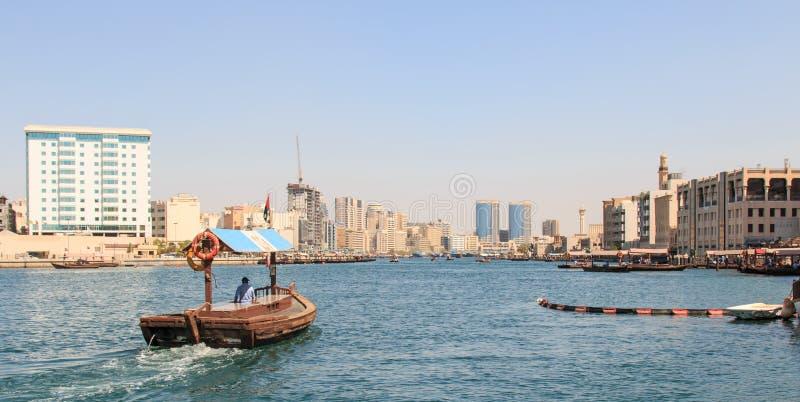 Abras ou eau-taxi prêt à transporter des passagers à travers The Creek, dans le jour moderne Dubaï photographie stock libre de droits