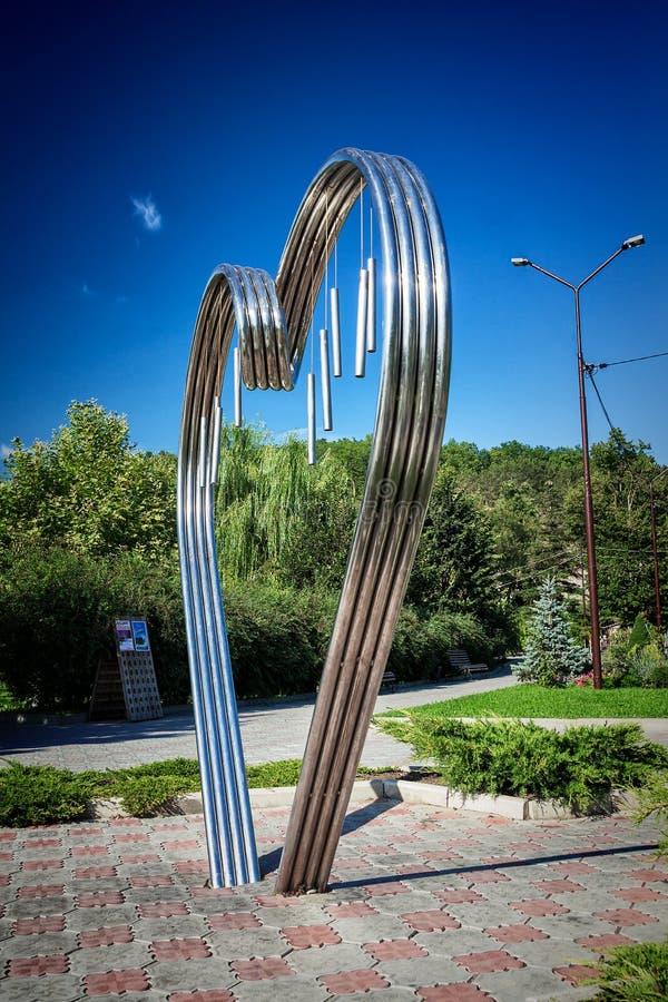 ABRAU DURSO, RUSLAND - AUGUSTUS 27, 2015: Monument 'aan alle minnaars in de vorm van een metaalhart royalty-vrije stock foto