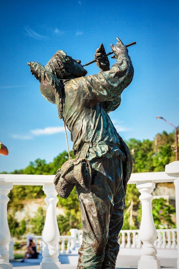 ABRAU DURSO, RYSSLAND - Augusti 27, 2015: Monument av den sovjetiska sångaren Leonid Utesov arkivfoton