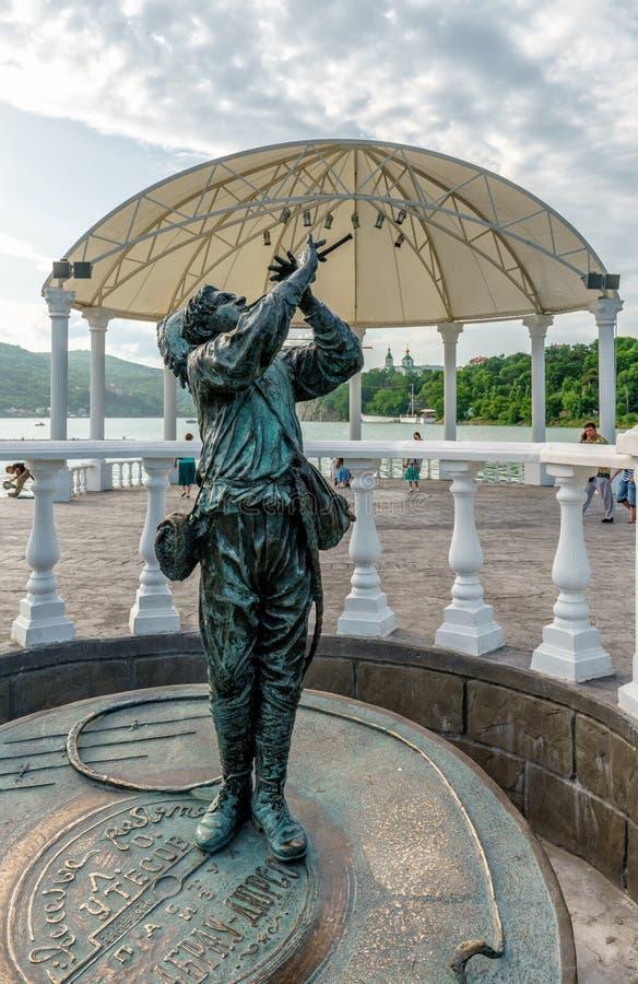 Abrau-Dyurso, Russie - 15 juin 2016 : La joyeuse statue de garçon de berger ressemble au joueur de pipeau pie légendaire de Hamel image stock
