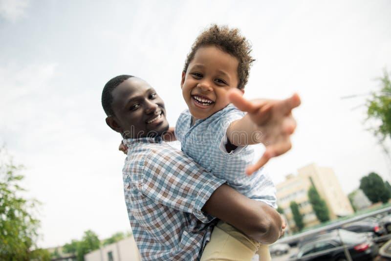 Abrazo afroamericano del padre y del niño fotos de archivo libres de regalías
