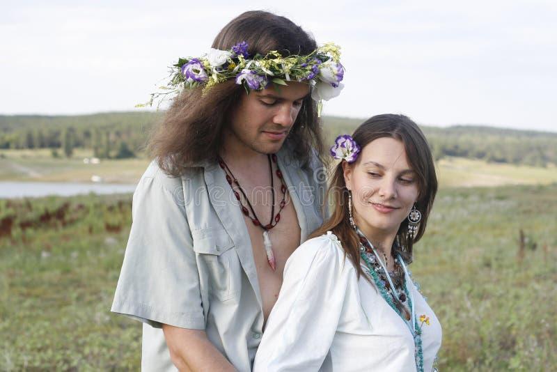 Abrazo agradable de los pares del hippie fotos de archivo libres de regalías
