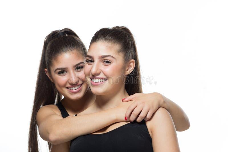 Abrazo alegre de las hermanas fotos de archivo libres de regalías
