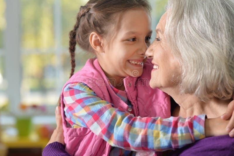 Abrazo de la abuela y de la nieta imagen de archivo libre de regalías