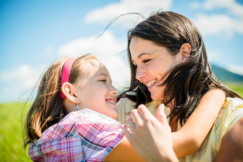 Abrazo de la madre y del niño fotografía de archivo libre de regalías