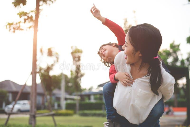 Abrazo de la mam? y llevar a su hijo Preparaci?n enviar a sus ni?os de nuevo a escuela por ma?ana Educaci?n y de nuevo a concepto imagen de archivo