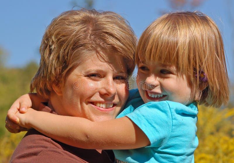 Abrazo de la mama y de la hija fotografía de archivo libre de regalías