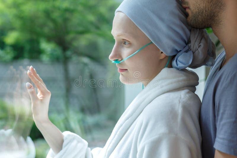 Abrazo de la mujer joven con leucemia fotografía de archivo libre de regalías