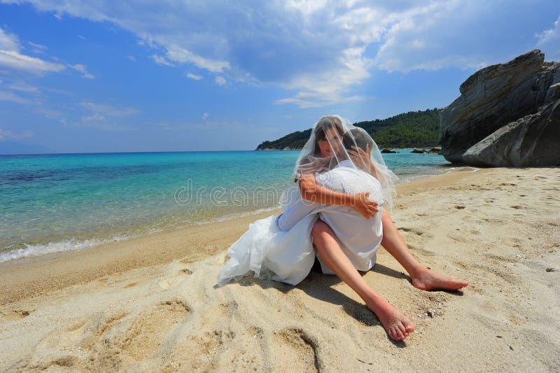 Abrazo de la novia y del novio por completo de la pasión