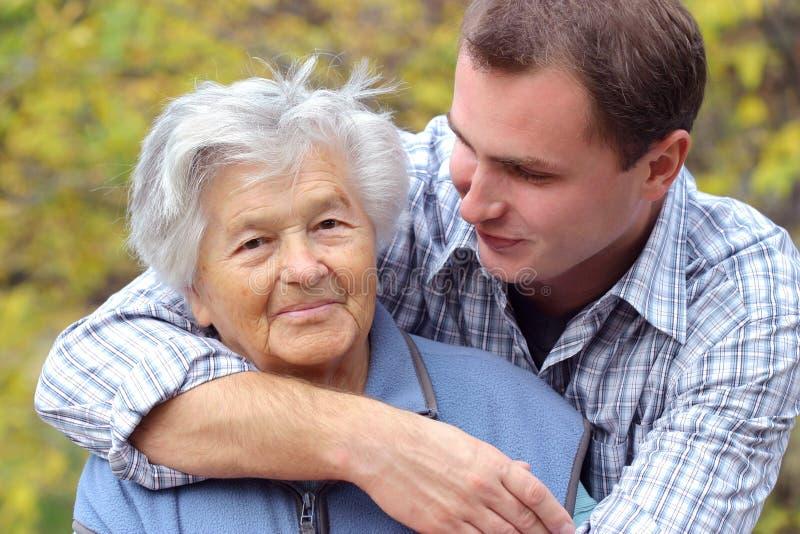Abrazo de la persona mayor imagen de archivo libre de regalías