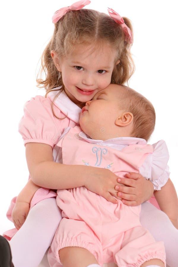 Abrazo de las pequeñas hermanas fotografía de archivo