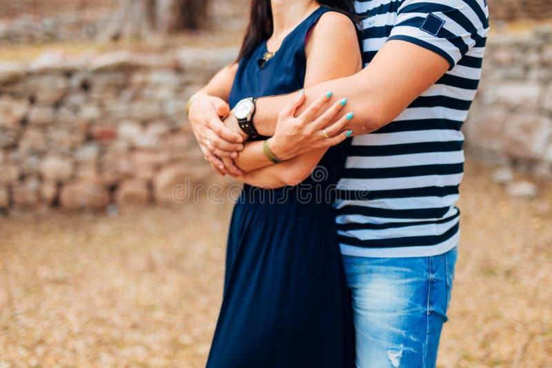 Abrazo de los recienes casados en Montenegro fotos de archivo libres de regalías