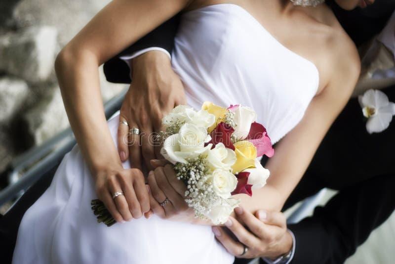 Abrazo de novia y del novio imagen de archivo