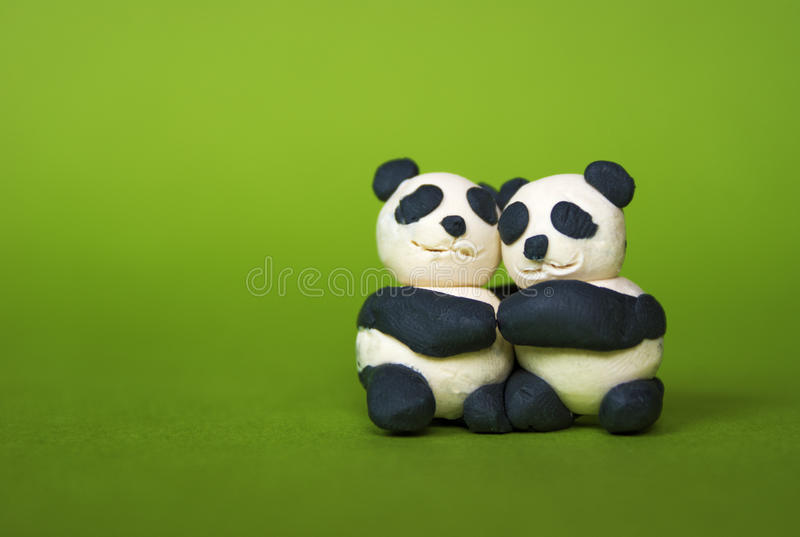 Abrazo de pandas del plasticine fotografía de archivo