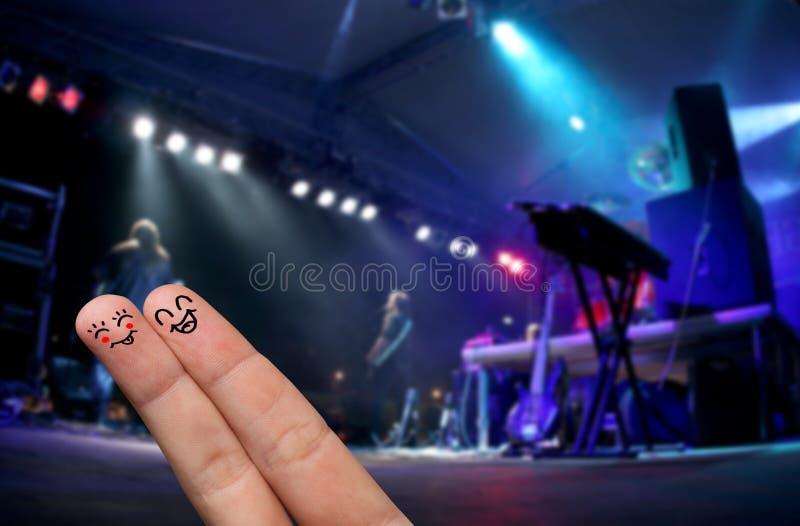 Abrazo del dedo en un concierto vivo al aire libre imagen de archivo