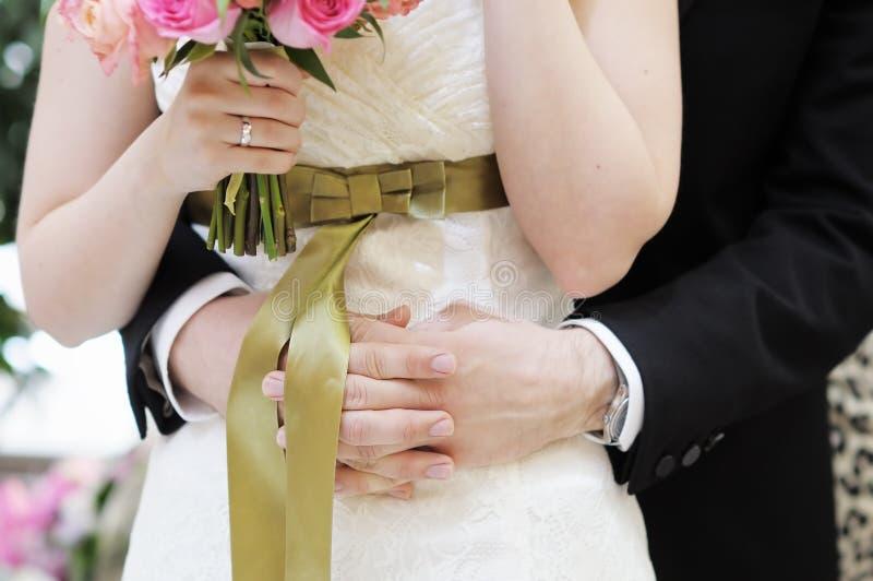 Abrazo del novio su novia fotografía de archivo