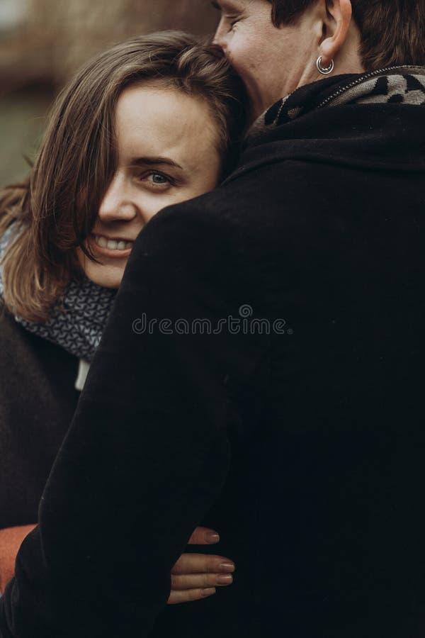 Abrazo elegante del hombre y de la mujer momento atmosférico tranquilo romántico foto de archivo libre de regalías