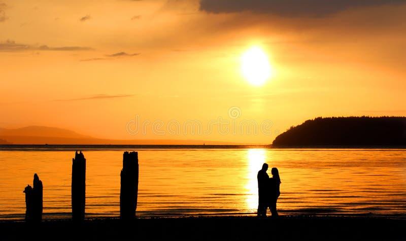 Abrazo en la puesta del sol foto de archivo libre de regalías