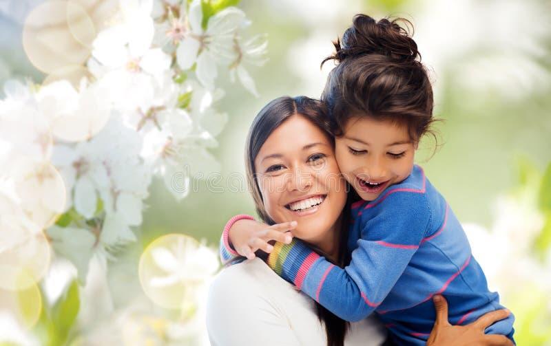 Abrazo feliz de la madre y de la hija imagen de archivo libre de regalías