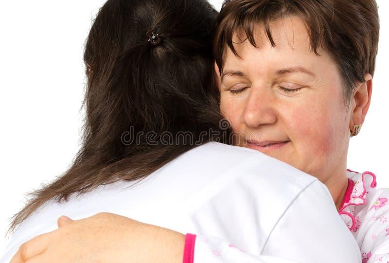 Abrazo mayor de la mujer y del doctor foto de archivo libre de regalías