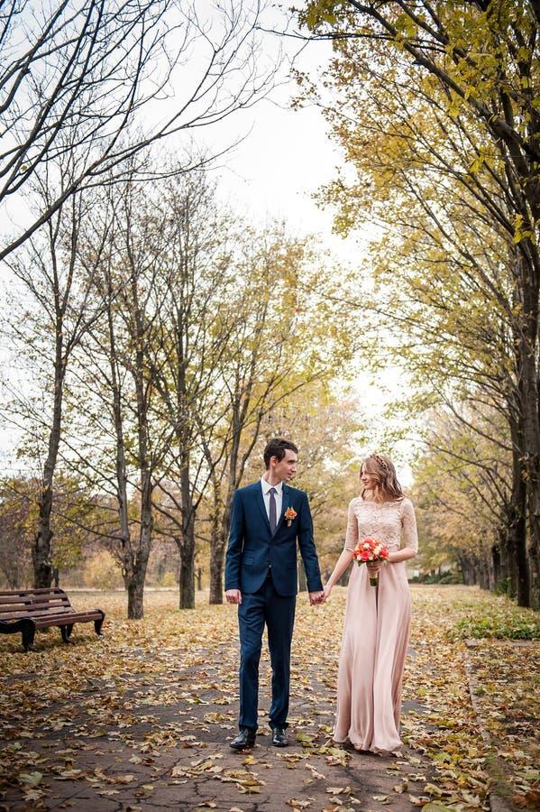 Abrazo romántico de recienes casados El par recorre en el parque imágenes de archivo libres de regalías