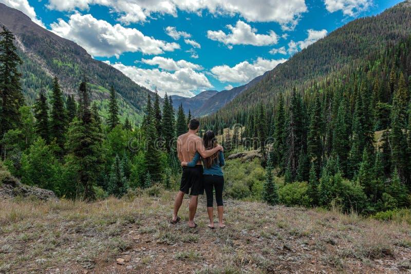 Abrazos de un par en el Colorado Rocky Mountains fotos de archivo libres de regalías