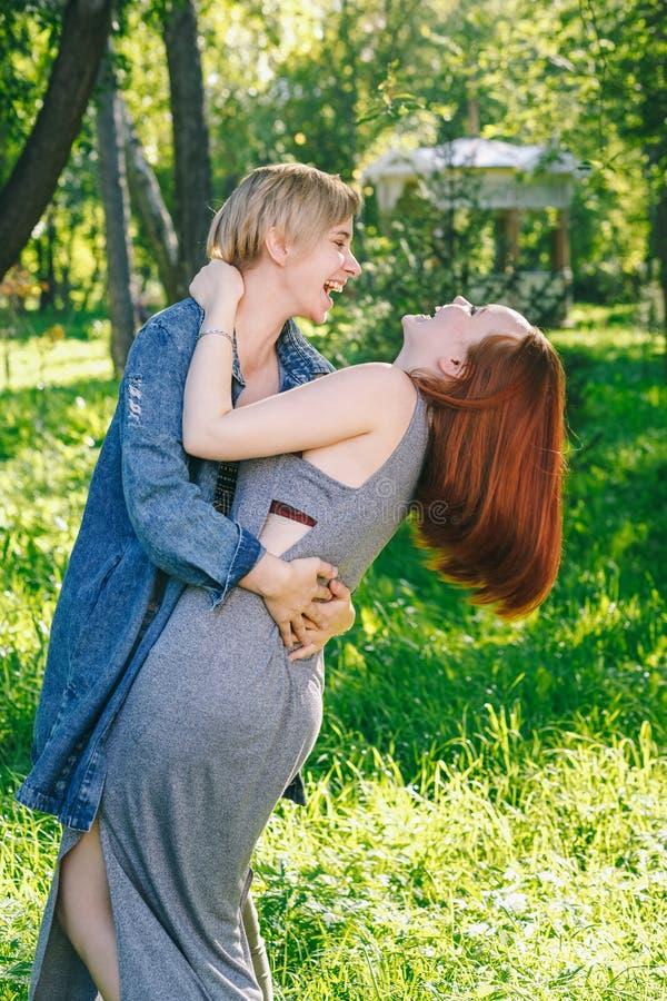 Abrazos y risas alternativos de los pares foto de archivo
