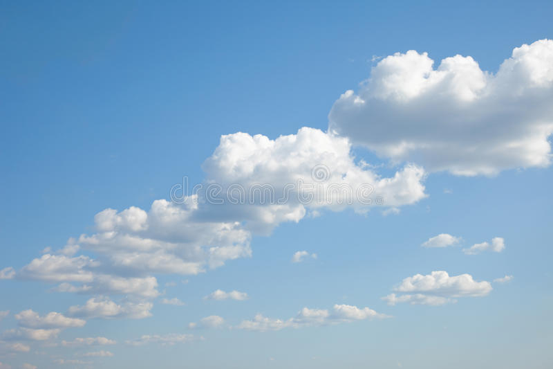 abreast голубое построенное небо кумулюса облаков стоковое изображение