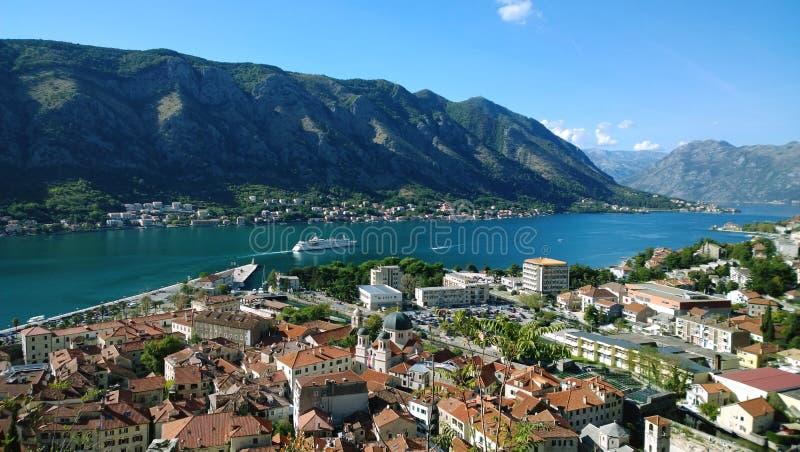 Abreise vom Pier, vom Kreuzschiff und von den Ansichten von Kotorska-Rotdächern Boko-Kotorbucht lizenzfreies stockfoto